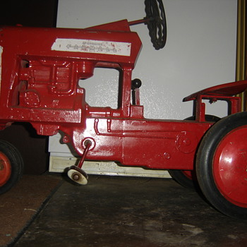 Old Farmall IH pedal tractor - Model Cars