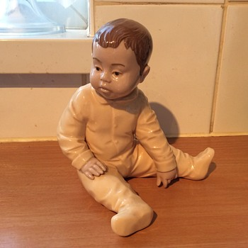 Pottery Toddler Cute In Baby Grow - Figurines