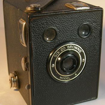 Six-20 Brownie model 4 - Cameras
