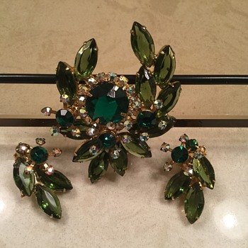 D & E FOREST GREEN BROOCH - Costume Jewelry