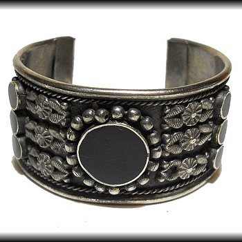 Unmarked metal Bracelet  - Costume Jewelry