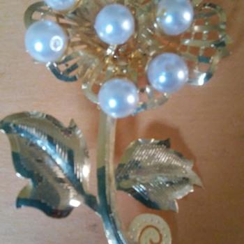 Flower pin  - Costume Jewelry