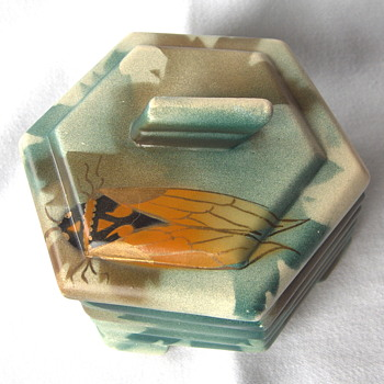 A fine hexagonal Belgian Art Deco faience Desk Box, with a large cicada on the lid. - Art Deco