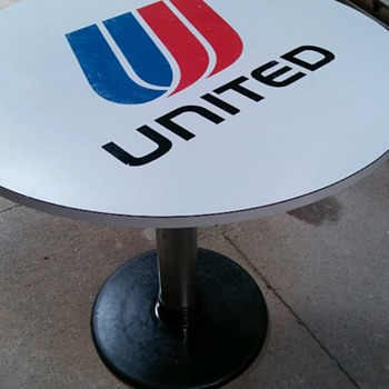 Vintage Unit airs round table
