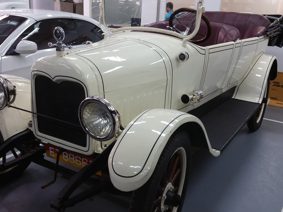An old Morris car | Collectors Weekly
