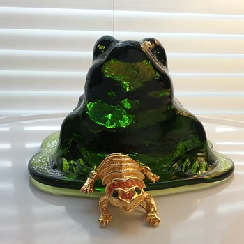 Hattie Carnegie frog brooch, Viking Glass frog paperweight  - Art Glass