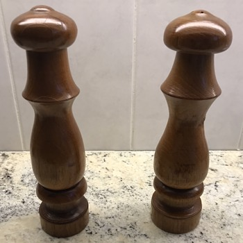 Mid Century Modern Salt and Pepper shakers. - Kitchen