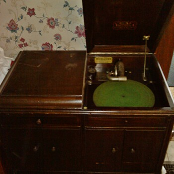 Victrola - Made by the Victor Talking Machine Co., of Camden, NJ - Records