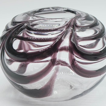 Lovely art glass squatty vase with unknown signature.  - Art Glass
