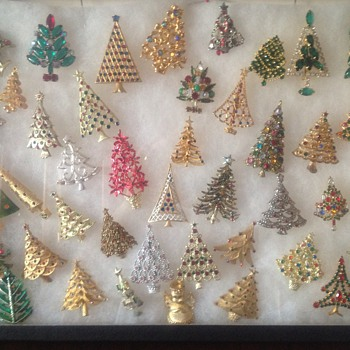 Christmas Tree brooches - Costume Jewelry