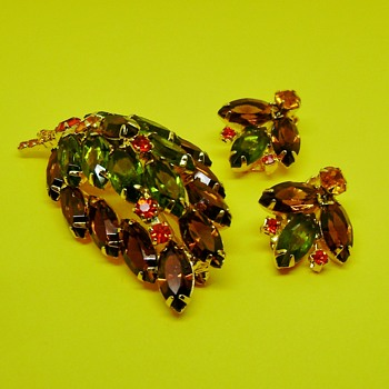D and E Leaf Brooch and Earring Set - Costume Jewelry