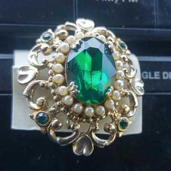 """Costume emerald brooch """" Coro """" 1909?"""