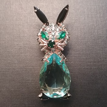 Vintage bunny rabbit brooch  - Costume Jewelry