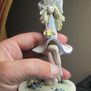 Delicate ceramic piece girl - Figurines