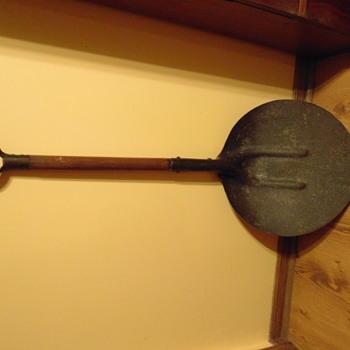 LARGE HEAVY 'round' spade shaped shovel - Tools and Hardware