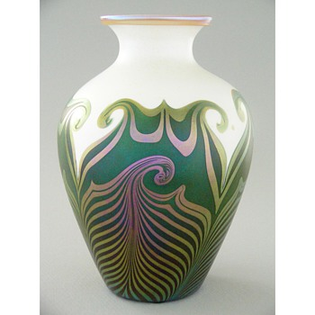 A fine Quezal vase - Art Glass