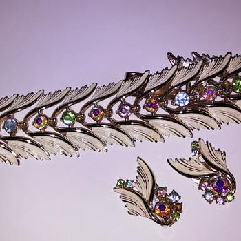 Bracelet/earrings resemble Mercury's winged hat and shoes! - Art Deco