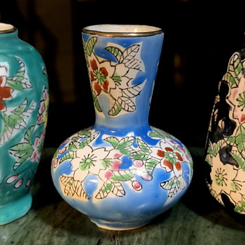Three miniature Chinese or Japanese Vases - Asian