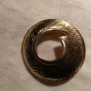 Is this a brooch by Lisner?  - Costume Jewelry