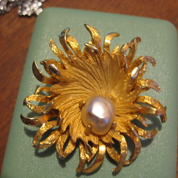 BENEDIKT of NY Sea anemone with pearl gold tone vintage brooch - Costume Jewelry