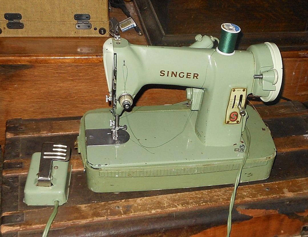 green singer sewing machine model rfj8 8 1950s portable. Black Bedroom Furniture Sets. Home Design Ideas