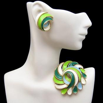 CROWN TRIFARI Vintage Large Enamel Brooch Pin Earrings Set Blue Green White - Costume Jewelry