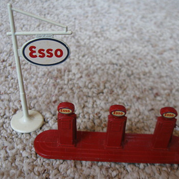 LESNEY MATCHBOX ESSO PUMPS AND SIGN - Model Cars
