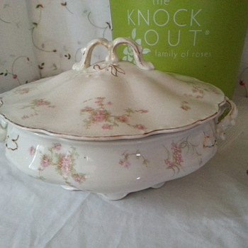 LARGE JOHNSON BROTHERS ANTIQUE ROUND COVERED SERVING BOWL - China and Dinnerware