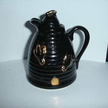 Bee hive shaped pourer pottery with gold bees and gold entrance HELP please - Pottery