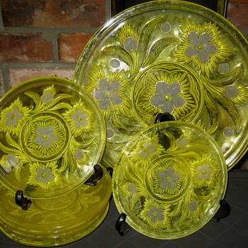 MYSTERY GLASS PLATE SET - Glassware