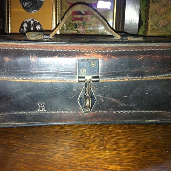 Metal and leather box stamped AM 1941 - Military and Wartime