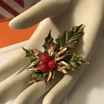 Vintage Holly Leaf brooch - Costume Jewelry