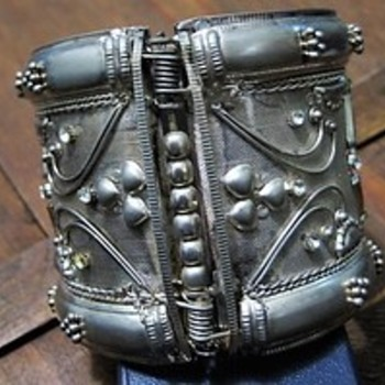 Beautiful Vintage Silver Tone Mesh Hinged Clamper Bracelet - Costume Jewelry