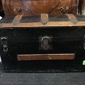 Antique trunk - age estimate?
