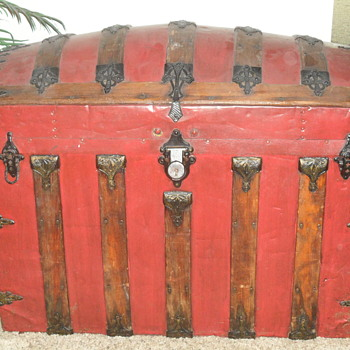OLD RED CHEST - Furniture