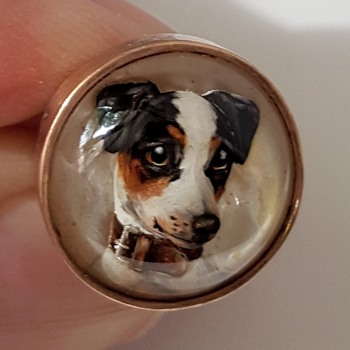 Antique Essex crystal/reverse painted intaglio gold brooch of a Jack Russell terrier. - Fine Jewelry