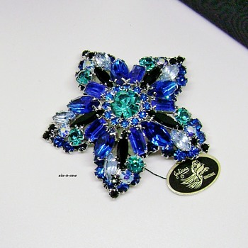 Vintage D and E Jewelry Star Brooch Shades of Blue - Costume Jewelry
