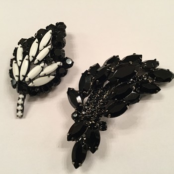 BLACK & MILKGLASS BROOCHES - Costume Jewelry