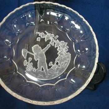 HEINRICH HOFFMANN INTAGLIO CHERUB - Art Glass