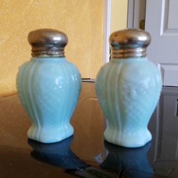 "1896 consolidated co. blue custard glass salt shaker in scarce "" fish "" pattern"