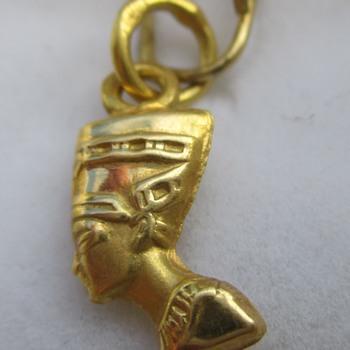 Small Egyptian pendant of Nefertiti - Fine Jewelry