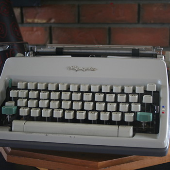 1966 Olympia SM9 portable typewriter (German) - Office