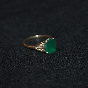 9K (CT) Vintage Ring with Green Stone