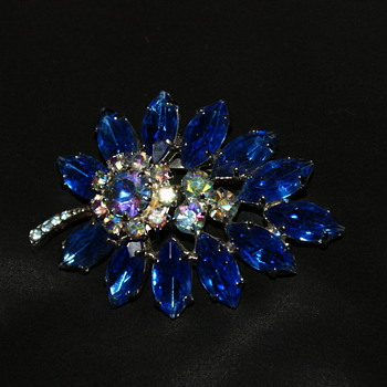 Vintage Unmarked Rhinestone Brooch - Costume Jewelry
