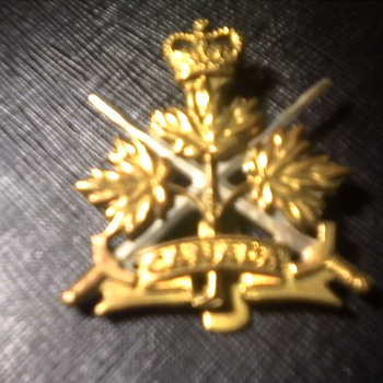 CANADIAN TRI FORCES CAP BADGE - Military and Wartime