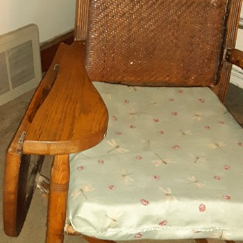 Rocking chair right arm drops - Furniture