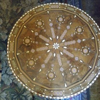 Inlaid table of unknown origin. - Furniture