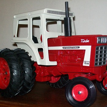 1972 Ertl International 1466 with plow - Model Cars