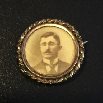 Old lapel Pin Unknown Photo or age of pin - Medals Pins and Badges
