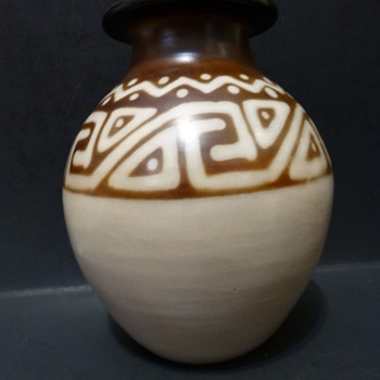 Chulucanas Peruvian decorative vase - Pottery